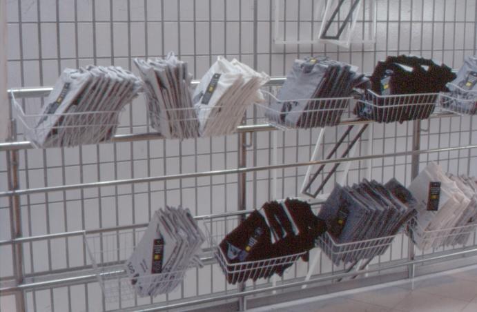 Eläingalleria, teepaitoja myynnissä